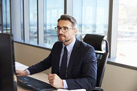 Ein Bankberater im formellen Business-Dresscode