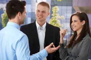 Junge Mitarbeiter im Dresscode Business Casual