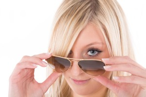 Frau blickt über Sonnenbrille
