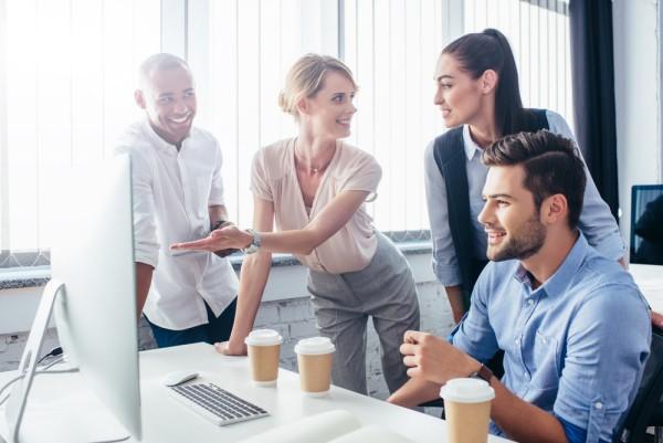 junge Mitarbeiter im sommerlichen Büro-Outfit